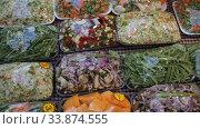 Купить «Sets of chopped vegetables wrapped in film on supermarket shelves», видеоролик № 33874555, снято 13 февраля 2020 г. (c) Яков Филимонов / Фотобанк Лори