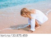 Купить «Adorable little girl have fun at tropical beach during vacation», фото № 33875459, снято 20 августа 2014 г. (c) Дмитрий Травников / Фотобанк Лори