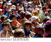 Children watching a Punch and Judy Show. Стоковое фото, фотограф Alex Bartel / age Fotostock / Фотобанк Лори