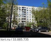 Купить «Девятиэтажный четырёхподъездный панельный жилой дом серии II-49, построен в 1967 году. Сиреневый бульвар, 71, корпус 2. Район Северное Измайлово. Город Москва», эксклюзивное фото № 33885735, снято 11 мая 2020 г. (c) lana1501 / Фотобанк Лори