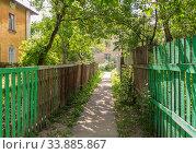 Passage between two fences in the old quarter in Nizhny Novgorod (2019 год). Стоковое фото, фотограф Дмитрий Тищенко / Фотобанк Лори