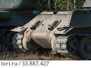 Советский средний танк времен Великой Отечественной войны Т-34-76 на опушке леса, вид сзади (2018 год). Редакционное фото, фотограф Малышев Андрей / Фотобанк Лори