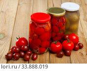 Fresh tomatoes canned in glass jar. Стоковое фото, фотограф Яков Филимонов / Фотобанк Лори
