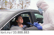 healthcare worker with clipboard and woman in car. Стоковое видео, видеограф Syda Productions / Фотобанк Лори