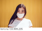 Asian girl in a white face mask. Mock-up. Стоковое фото, фотограф Женя Канашкин / Фотобанк Лори