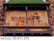 Das mittelalterliche Schwabentor ist Eingang zum Stadtviertel Oberlinden. Am Torturm befindet sich dieses ländliche Fassadenbild. Стоковое фото, фотограф Zoonar.com/CGI / age Fotostock / Фотобанк Лори
