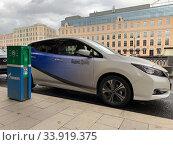 """""""Яндекс Драйв"""", электромобиль на зарядке рядом с зарядной станцией (2019 год). Редакционное фото, фотограф Кузнецов Максим / Фотобанк Лори"""