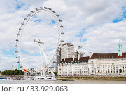 LONDON - AUGUST 19, 2017: London Eye or Millenium Wheel on South Bank of River Thames in London. Редакционное фото, фотограф Nataliia Zhekova / Фотобанк Лори