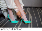 Bride dresses shoes before the wedding. Стоковое фото, фотограф Nataliia Zhekova / Фотобанк Лори