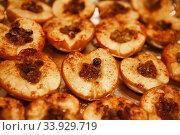 Baked halves of apples with honey, cinnamon and raisins. Стоковое фото, фотограф Nataliia Zhekova / Фотобанк Лори