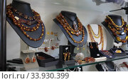 Variety of necklaces, bracelets, earrings, rings made of amber on mannequins in jewelry store window. Стоковое видео, видеограф Яков Филимонов / Фотобанк Лори