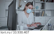 Portrait of female doctor in lab coat and protective medical masks holding clipboard with medical records. Стоковое видео, видеограф Яков Филимонов / Фотобанк Лори