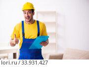 Купить «Young male contractor in relocation concept», фото № 33931427, снято 24 октября 2019 г. (c) Elnur / Фотобанк Лори