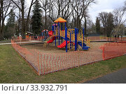 Купить «City park playground closure due to 2020 Coronavirus pandemic stay-home order, Moscow, Idaho.», фото № 33932791, снято 14 июля 2020 г. (c) age Fotostock / Фотобанк Лори
