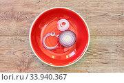 Bulb of sweet purple onion sliced in rings on a red plate on a wooden tabletop. Стоковое фото, фотограф Евгений Харитонов / Фотобанк Лори