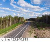 Асфальтовая дорога через густой лес. Автомобильное путешествие. Стоковое фото, фотограф Яковлев Сергей / Фотобанк Лори