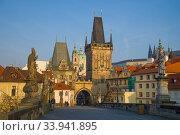 Западные мостовые башни Карлова моста апрельским утром. Прага, Чехия (2018 год). Стоковое фото, фотограф Виктор Карасев / Фотобанк Лори
