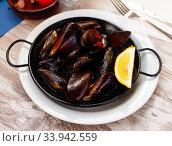 Mussels with lemon in pan. Стоковое фото, фотограф Яков Филимонов / Фотобанк Лори