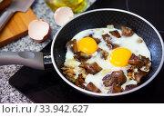 Купить «Frying eggs with saffron milk cap mushrooms», фото № 33942627, снято 11 июля 2020 г. (c) Яков Филимонов / Фотобанк Лори