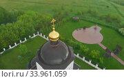 Christian church in the middle of the green field. Стоковое видео, видеограф Константин Шишкин / Фотобанк Лори