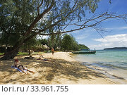 Купить «Beach on the island of Koh Russei. Koh Russei, also named Koh Russey or Bamboo Island is a green, gilt-edged crescent, resting on emerald or blue water...», фото № 33961755, снято 9 мая 2020 г. (c) age Fotostock / Фотобанк Лори