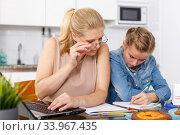 Mother helping daughter with home task. Стоковое фото, фотограф Яков Филимонов / Фотобанк Лори
