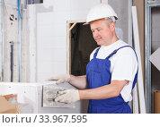 Plasterer taping drywall joints. Стоковое фото, фотограф Яков Филимонов / Фотобанк Лори