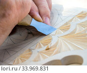 Нож резчика по дереву создает геометрический узор на деревянной доске. Стоковое фото, фотограф Вячеслав Палес / Фотобанк Лори