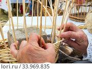 Технология плетения корзины из ивовых прутьев. Стоковое фото, фотограф Вячеслав Палес / Фотобанк Лори