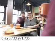 Friends drinking tea. Стоковое фото, фотограф Egerland Productions / age Fotostock / Фотобанк Лори