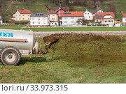 Bauer bringt Gülle auf Wiese aus - Nahaufnahme Agrarwirtschaft. Стоковое фото, фотограф Zoonar.com/Alfred Hofer / easy Fotostock / Фотобанк Лори
