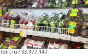 Свежие овощи и фрукты на полках в супермаркете Окей. Редакционное видео, видеограф Кекяляйнен Андрей / Фотобанк Лори