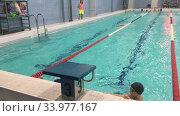 Занятия по плаванию в детском бассейне, секция спортивного плавания. Редакционное видео, видеограф Кекяляйнен Андрей / Фотобанк Лори