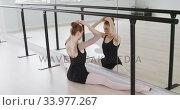 Caucasian female ballet dancer preparing for dance class in a bright studio. Стоковое видео, агентство Wavebreak Media / Фотобанк Лори