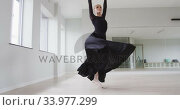 Caucasian female ballet dancer practicing ballet during a dance class in a bright studio. Стоковое видео, агентство Wavebreak Media / Фотобанк Лори