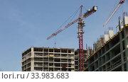 Quick motion of multi-storey under construction building and construction crane on the background of clear blue sky. Стоковое видео, видеограф Алексей Кузнецов / Фотобанк Лори