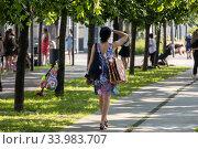 Люди гуляют на Крымской набережной парка Музеон в жаркий солнечный день в центр города Москвы, Россия (2020 год). Редакционное фото, фотограф Николай Винокуров / Фотобанк Лори