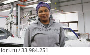 African American female car mechanic looking at the camera and smiling. Стоковое видео, агентство Wavebreak Media / Фотобанк Лори