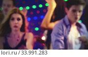 Blurred background out of focus group dance people. Стоковое видео, видеограф Gennadiy Poznyakov / Фотобанк Лори