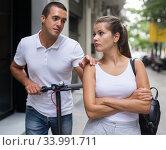 Купить «Male apologizing and his girlfriend», фото № 33991711, снято 19 августа 2019 г. (c) Яков Филимонов / Фотобанк Лори