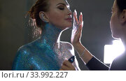Make up Artist cover Nude woman with glitter on her body backstage video. Стоковое видео, видеограф Гурьянов Андрей / Фотобанк Лори
