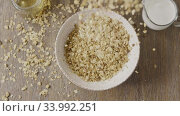 Купить «Falling natural oat granola into a ceramic bowl for preparing he», видеоролик № 33992251, снято 10 июля 2020 г. (c) Ярослав Данильченко / Фотобанк Лори