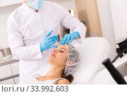 Woman receiving rejuvenating facial injections. Стоковое фото, фотограф Яков Филимонов / Фотобанк Лори