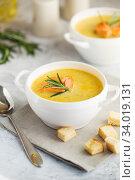Купить «Fish cream soup with Salmon, cheese, Potatoes and herbs», фото № 34019131, снято 4 марта 2019 г. (c) Nataliia Zhekova / Фотобанк Лори