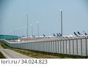 Landebahn Nordwest am Flughafen Frankfurt ist gesperrt. Die Lufthansa muss hier nicht genutzte Flugzeuge wegen der Coronakrise parken. Стоковое фото, фотограф Zoonar.com/WOLFGANG CEZANNE / age Fotostock / Фотобанк Лори