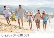 Family with four children runnin on beach on weekend. Стоковое фото, фотограф Яков Филимонов / Фотобанк Лори