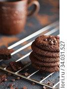 Chocolate cookies on the baking rack. Стоковое фото, фотограф Nataliia Zhekova / Фотобанк Лори