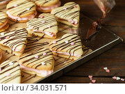 Купить «marshmallow sandwiches decorated with chocolate and little pink sugar hearts», фото № 34031571, снято 8 февраля 2019 г. (c) Nataliia Zhekova / Фотобанк Лори