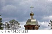 Купол православной церкви на фоне неба и деревьев летом таймлапс. Стоковое видео, видеограф Сергей Флоренцев / Фотобанк Лори