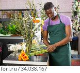 Florist making bouquet with gerberas. Стоковое фото, фотограф Яков Филимонов / Фотобанк Лори